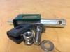 Držák panelu 3D, úchytka, plastová vložka, samořezný šroub, vratový šroub, podložka a bezpečnostní matice
