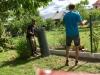 Plot na klíč v Pardubicích s podhrabovou deskou, černým plotovým sloupkem a antracitovým pletivem s napinacim drátem