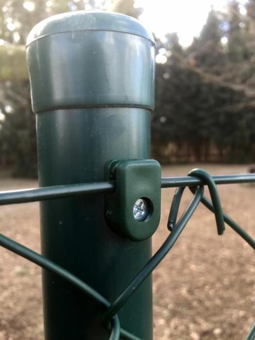 Zelený držák napínacího drátu včetně šroubku